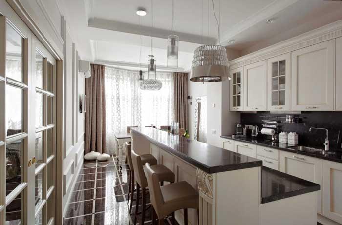 Классический стиль в московской квартире с кухней-столовой и современным санузлом