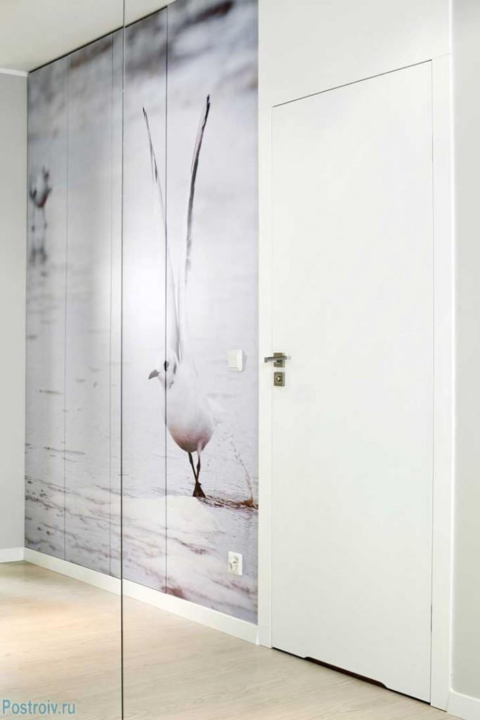 Светлый интерьер квартиры с зеркалами в стиле функционализм. фото