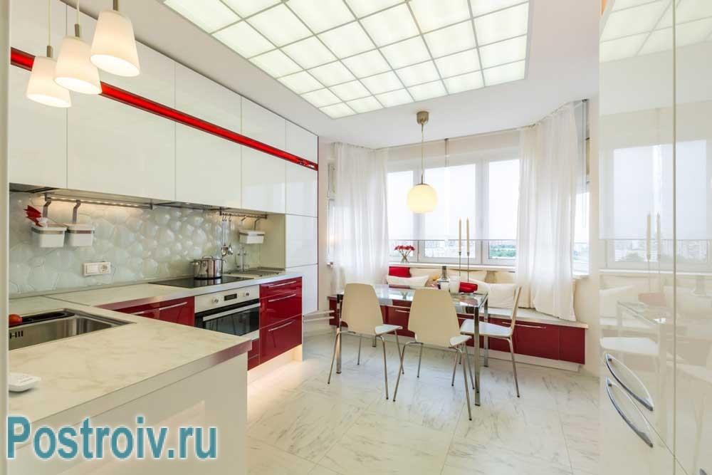 Интерьер красно-белой кухни-гостиной с эркером п44т 13 кв. м