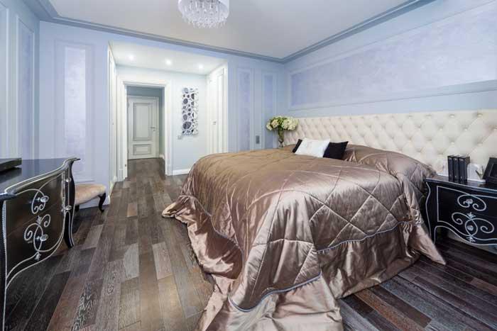 Дизайн небольшой спальни (20 квадратных метров) в голубых тонах