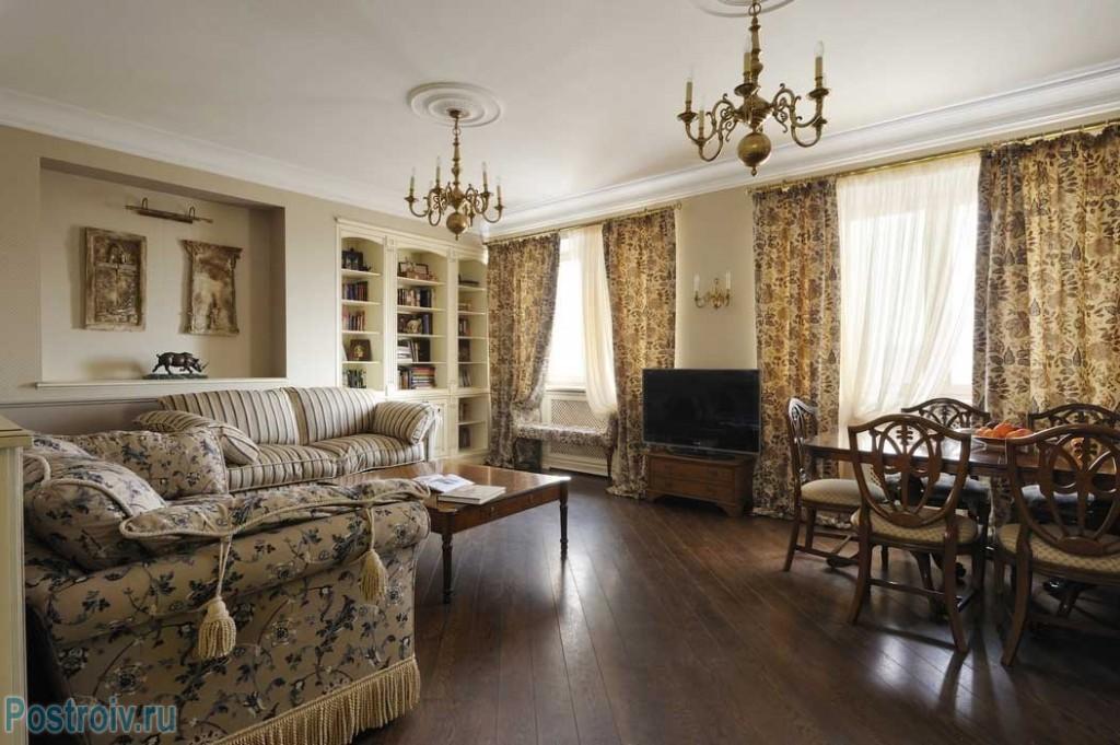 Интересная классическая гостиная с двумя окнами. фото проекта