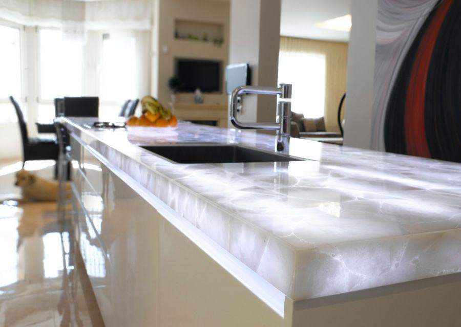 Столешницы из натурального камня для кухни, 22 фото