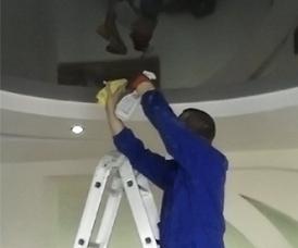 Как правильно мыть натяжные потолки. видео