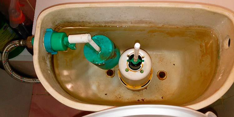 Что делать, если вода из бачка утекает в унитаз