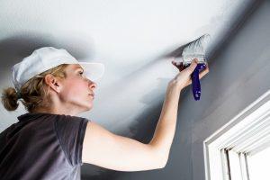 как оформить потолк в гостиной